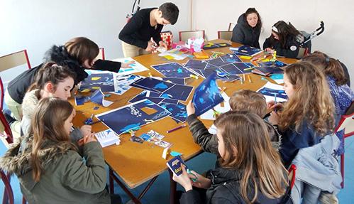 Groupe d'enfants, lors de l'atelier Petite feuille rêve de Grand large, préparant leur propre histoire.