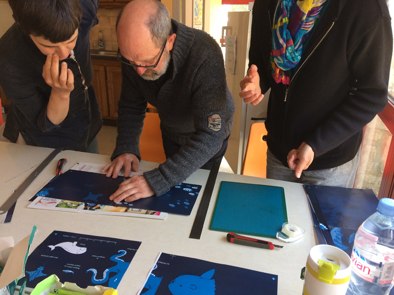 photo des bénévoles d'idéographik travaillant sur les maquettes du livre Petite Feuille rêve de Grand large