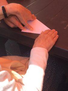 atelier gérontospychiatrie, personne âgée pliant avec l'aide d'un soignant