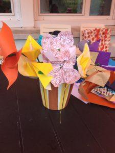 Un bouquet d'origami réalisé par les personnes âgées