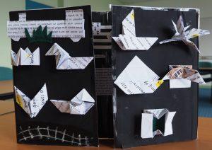 œuvre présentée par les élèves, triptyque s'ouvrant sur une composition faite d'origami et de texte