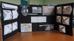 oeuvre présentée par les élèves, trypique s'ouvrant sur une composition faite d'origami et de texte