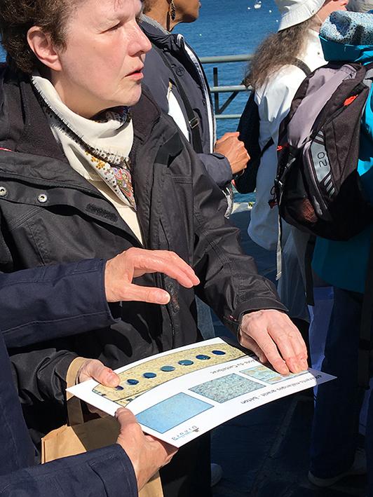 photo d'une femme découvrant les planches résines sur les différents niveaux de granulométrie