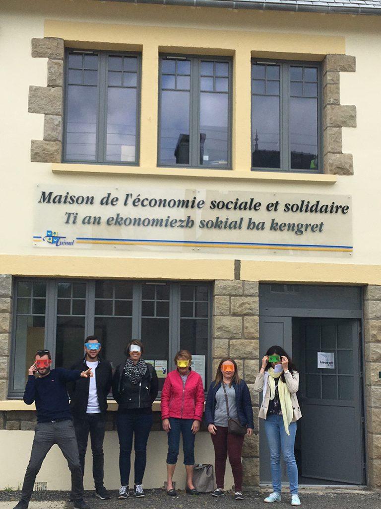 photo de l'équipe passée par Trémel avec les lunettes de simulation de différentes déficiences visuelles