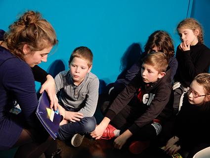 Salon FOUGERE Lecture contée et groupe de garçons de 9, 10 ans