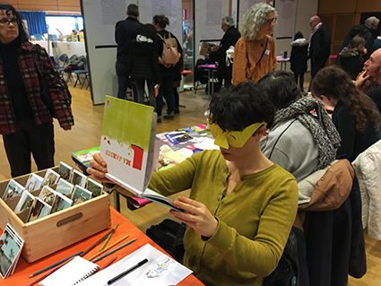 Salon Baie des livres, les illustrateurs s'essaient au dessin avec une altération visuelle