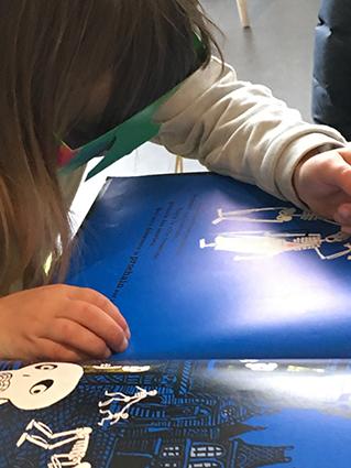 Salon Baie des livres, les jeunes lecteurs s'essaient au dessin avec une altération visuelle