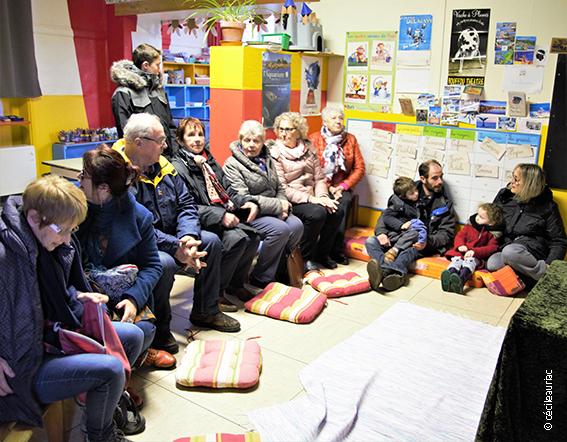 Sur la photo nous voyons un groupe enfants et adultes prêt à écouter l'histoire de Tico.