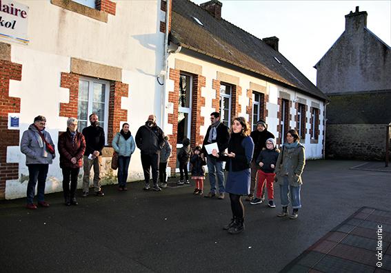 Nous voyons Emeline et les participants attendant les instructions dans la cour de l'école.