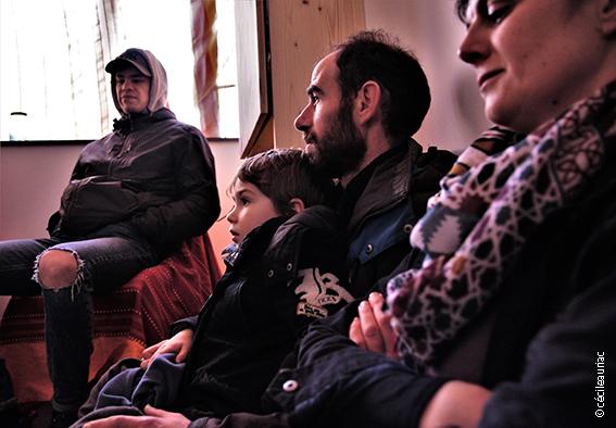 La photo présente des participants attentifs à l'écoute