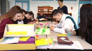 groupe d'élève de 3e Segpa tous concentrés sur les pliages