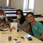 En sous groupe, les étudiants ont crée des manuels pour chacun de pliage. Ici nous voyons 3 étudiants qui se sont occupés du manuel de la pyramide.
