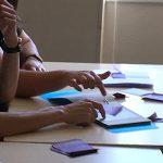 Afin de créer une action éducative utilsant l'origami, les étudiants ont imaginé des actions et les ont tester auprès de leurs collègues. ici nous voyons deux participants questionner l'éducateur sur la taille du papier fourni différente de celle dans le manuel.