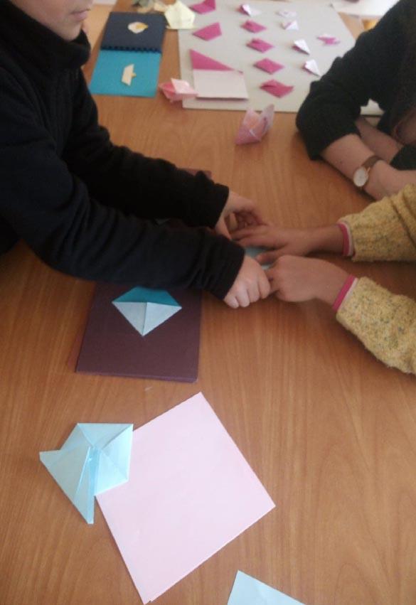 atelier sur l'apprentissage de l'origami avec des jeunes