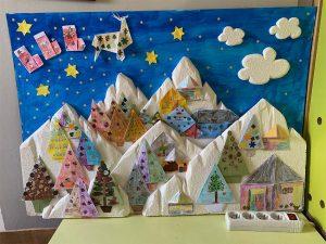 Fresque pour Noël composée de sapins en origami
